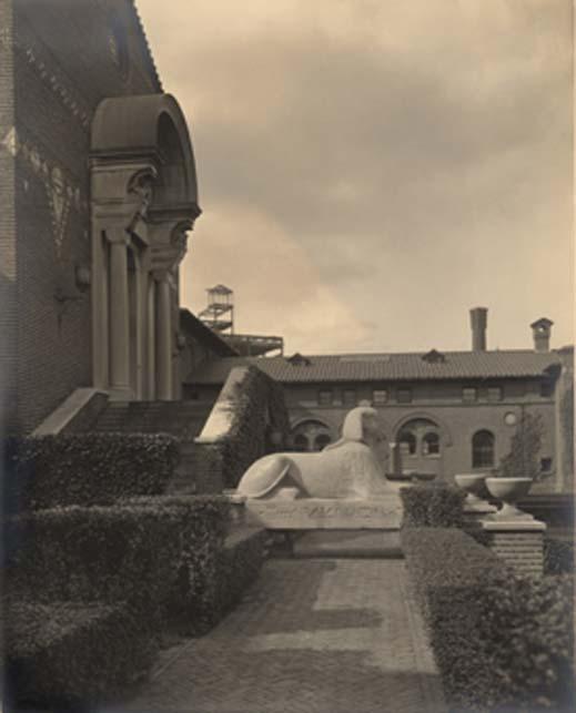 La Esfinge descansó en el patio del Museo Penn durante tres años, de 1913 a 1916. Esta foto de 1915 fue tomada por Charles Sheeler. Imagen: Archivos del Museo Penn. (Penn Museum)