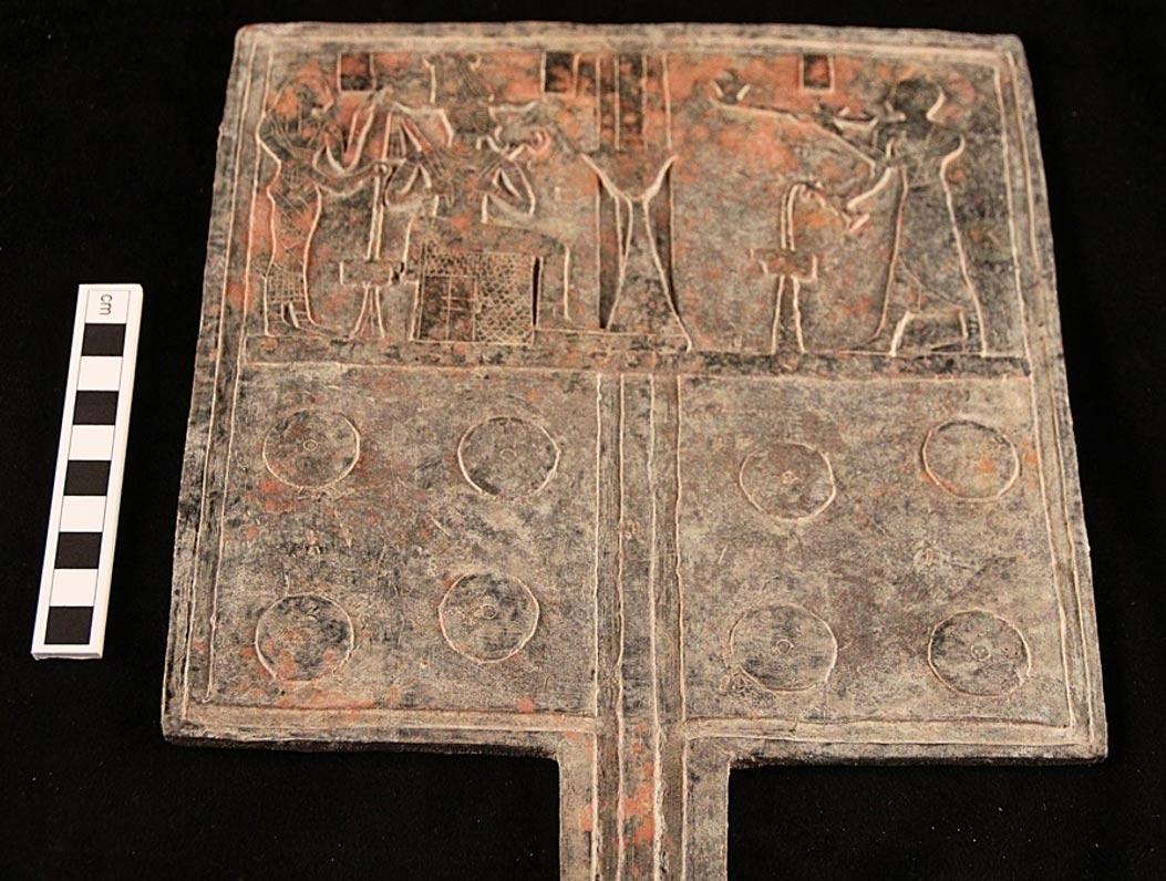 Tabla de ofrendas de bronce que al parecer indica un lugar de enterramiento de la realeza bajo una de las pirámides de Sudán. Foto: D. A. Welsby; © Archivo de la SARS NDRS