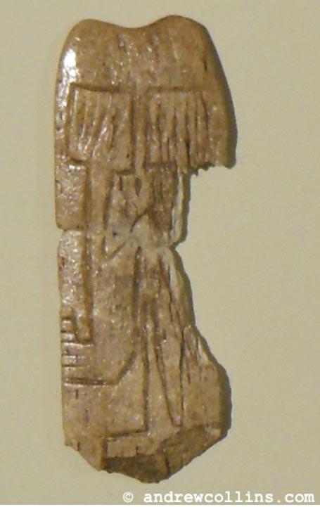 Fig. 1: La diminuta placa de hueso descubierta en Göbekli Tepe, actualmente expuesta en el nuevo museo arqueológico de Sanliurfa.