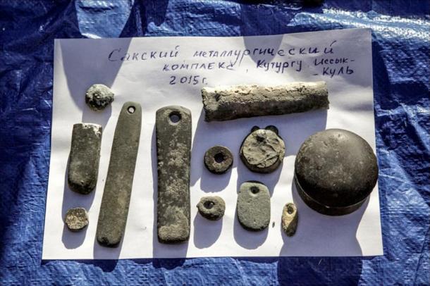 Herramientas para la fundición de metales y otros objetos relacionados con este proceso descubiertos bajo las aguas del lago. Fotos: Dmitry Gorn