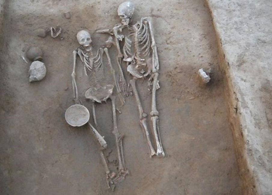 Los cuerpos fueron depositados en posición supina, con los brazos y las piernas extendidos. La cabeza del hombre se encontraba mirando a la de la mujer. Vasant Shinde