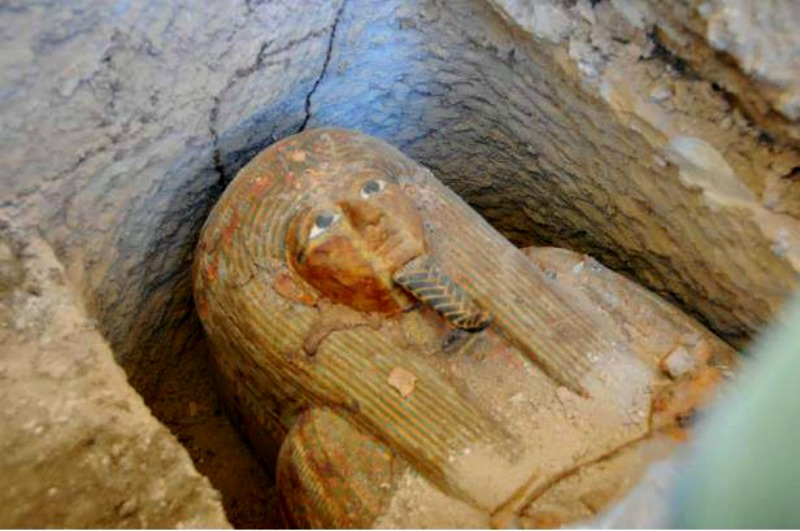 El sarcófago recientemente descubierto en su lugar de enterramiento. (Fotografía: RedHistoria)