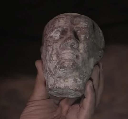 Una cabeza de cera fue el primer elemento que se encontró en el sarcófago. (© Discovery Inc.)