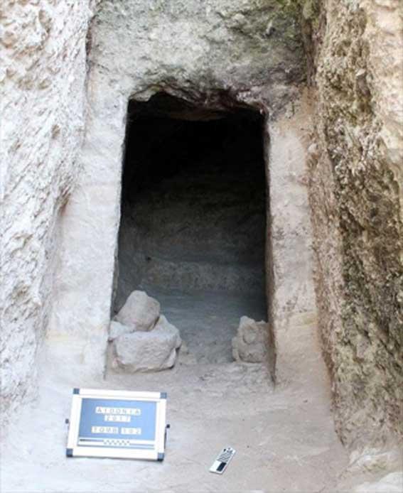 Una de las tumbas de cámara descubiertas previamente en Aidonia en Grecia. Crédito: Ministerio de Cultura y Deportes.