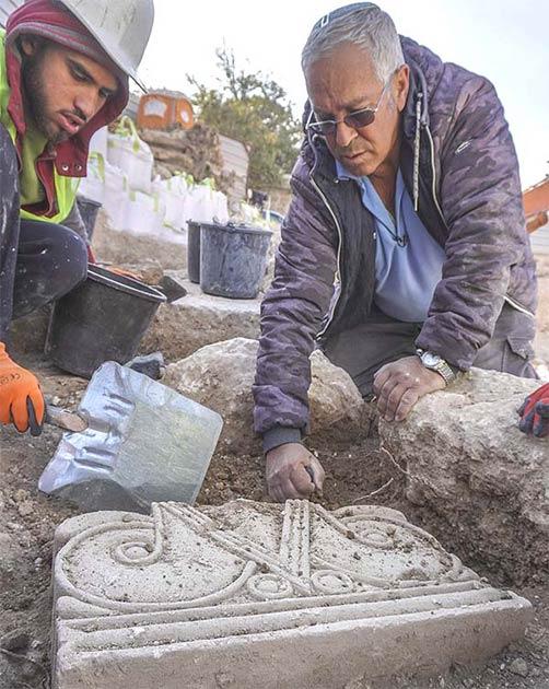 El descubrimiento de los capiteles tal como se encontraron en el suelo en el sitio de excavación de Jerusalén. (Shai Halevi / Autoridad de Antigüedades de Israel)