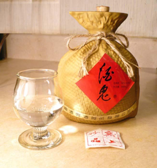 Un vaso y una botella de la marca Jiugui White Spirit Baijiu. (Badagnani / CC BY-SA 3.0)