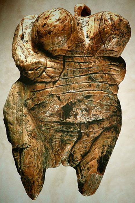 Venus de Hohlefels, la figurilla más antigua de Venus, período Paleolítico, marfil de mamut, representación femenina en el arte prehistórico ha sido comparada por algunos con dominancia femenina o poder que implica una Sociedad de Matriarcado. (Ramessos / CC BY-SA 3.0)