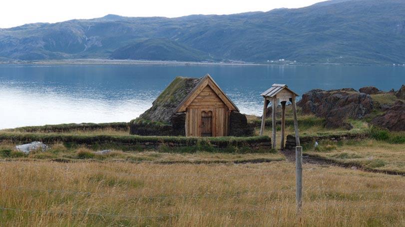 Reproducción de la iglesia vikinga de Brattahlíð situada en Groenlandia, hacienda de Eric el Rojo en el Asentamiento Oriental de la colonia Vikinga de Groenlandia. (Flickr, CC BY 2.0)