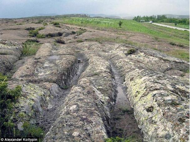 El paso repetido de vehículos habría acabado por dejar estos surcos sobre la blanda roca volcánica del valle de Frigia. Foto: Alexander Koltypin, Dopotopa.com