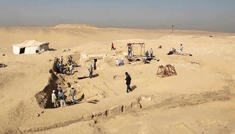 Excavaciones en la necrópolis de Abusir, datada en el Imperio Antiguo, en la que arqueólogos checos han descubierto una barca funeraria del antiguo Egipto. (Fotografía: Ministerio de Antigüedades egipcio)
