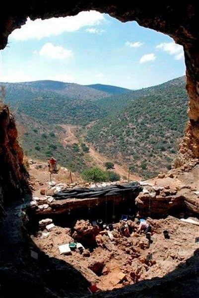 Excavaciones arqueológicas en el yacimiento natufiense de Hilazon Tachtit, en la región de Galilea del norte de Israel, donde los arqueólogos descubrieron en el año 2008 el enterramiento de una mujer chamán de hace 12.000 años. Fotografía: Universidad Hebrea