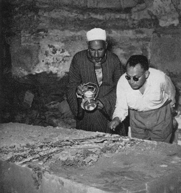 Zakaria Goneim por el sarcófago de alabastro, señalando la corona funeraria conservada. Entierro ficticio o fiasco del faraón, el sarcófago vacío sería el principio del fin de Goneim. (Respuestas en Génesis)