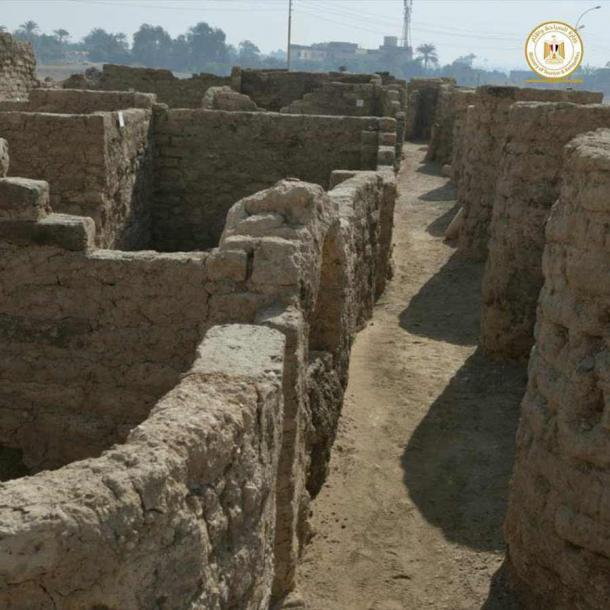 El sitio tiene paredes de adobe en zigzag de nueve pies (2,7 metros) de altura. (Ministerio de Turismo y Antigüedades)